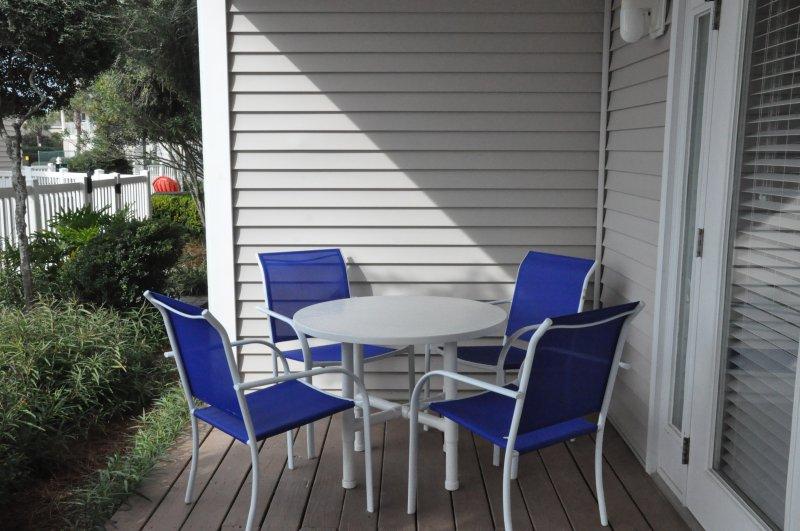 Table et chaises sur le porche arrière.