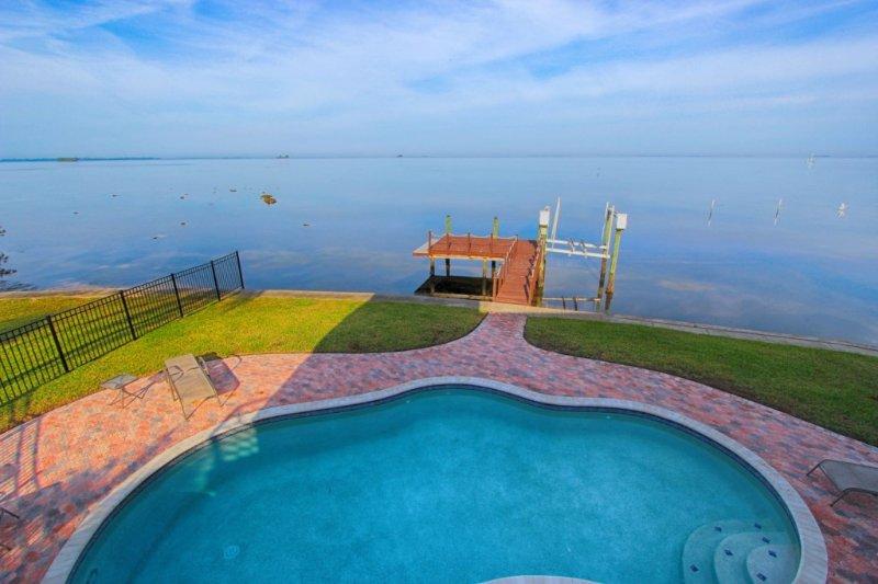 Luxury Florida Villa - Waterfront with Private Pool, alquiler de vacaciones en Crystal Beach