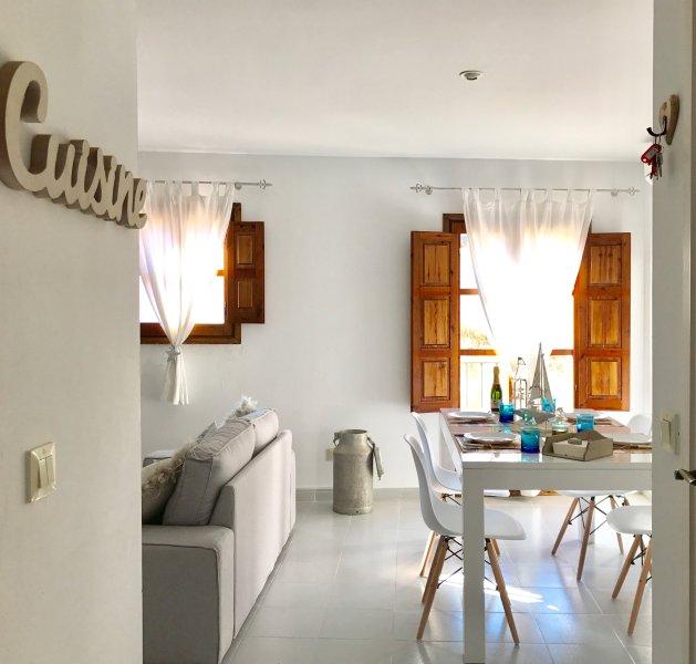 Bienvenido a casa! Nuestro apartamento está en el casco antiguo a 100m de la playa y de la muralla
