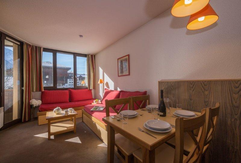 Sala de estar con acceso a balcón privado.