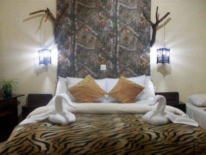 Deze kamer is de kamer met een queen size bed en een tweepersoons bed met hechten badkamer met warm water.