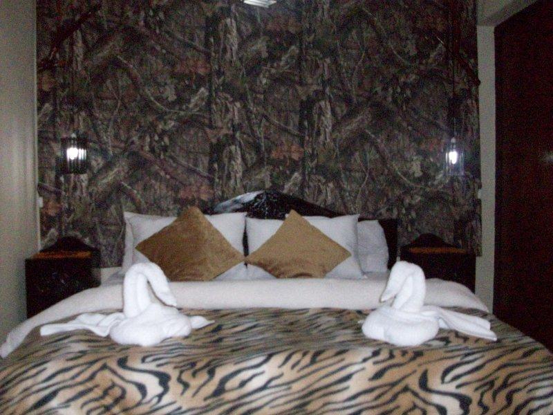Deze kamer is de kamer met een queen size bed en een tweepersoons bed met hechten badkamer met warm water