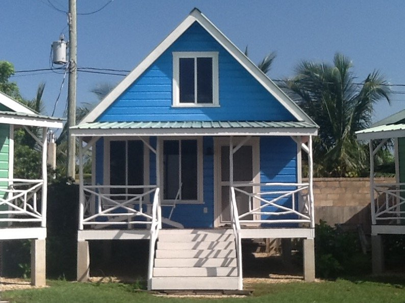 Seaside resort with 8 cabanas with nice covered verandas ., alquiler de vacaciones en Corozal