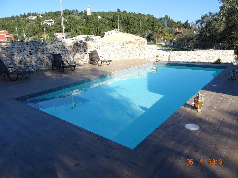 La piscina con azulejos, no con colores