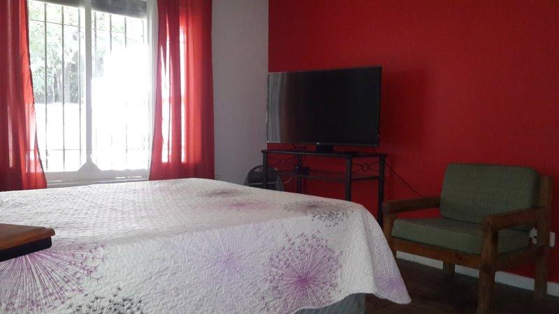 HABITACIONES C/ BAÑO PRIVADO Y MONOAMBIENTES, holiday rental in Luis Guillon