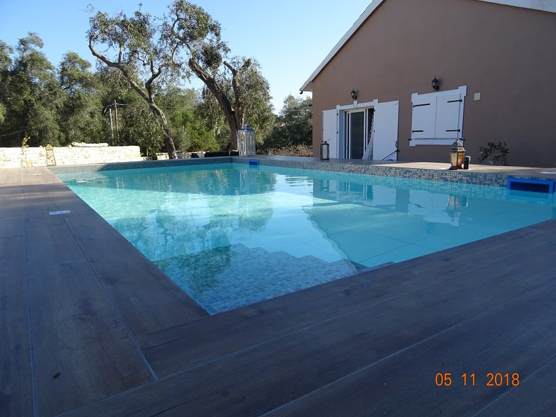 Artist's villa,with huge yart,pool with tiles,near bus,groceries,restaurant., holiday rental in Platanos