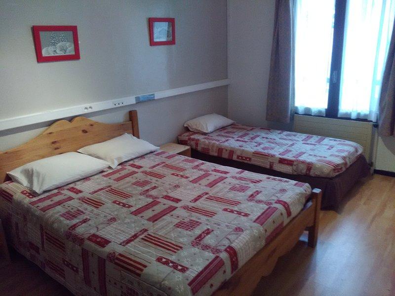 Chambre triple dans centre de vacances, holiday rental in Champcella