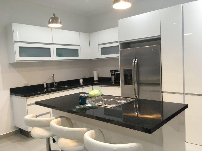 cozinha totalmente equipada e moderna, incluindo lavadora e secadora