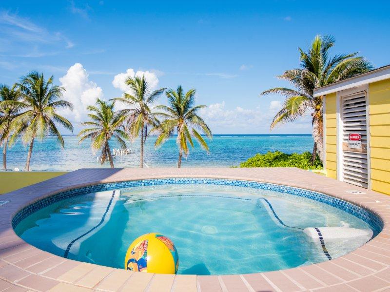 Hot tub overlooks the beach & Ocean