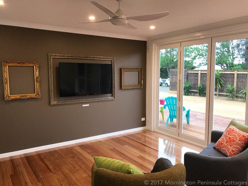 """Vida de diseño abierto con 55"""" TV, ventilador de techo"""