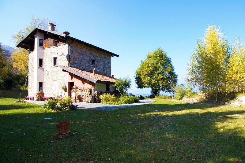 Die Villa ist von einem großen Garten umgeben