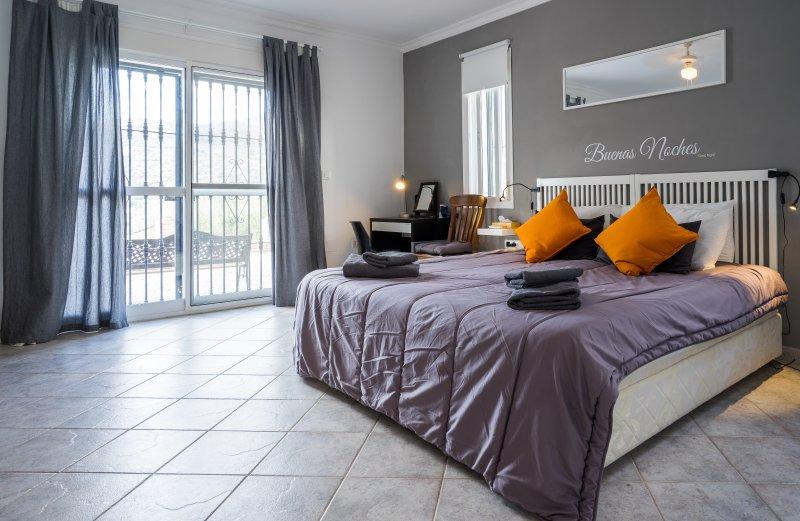 Dormitorio principal configurado como un superking (también disponible como un gemelo) con aire acondicionado