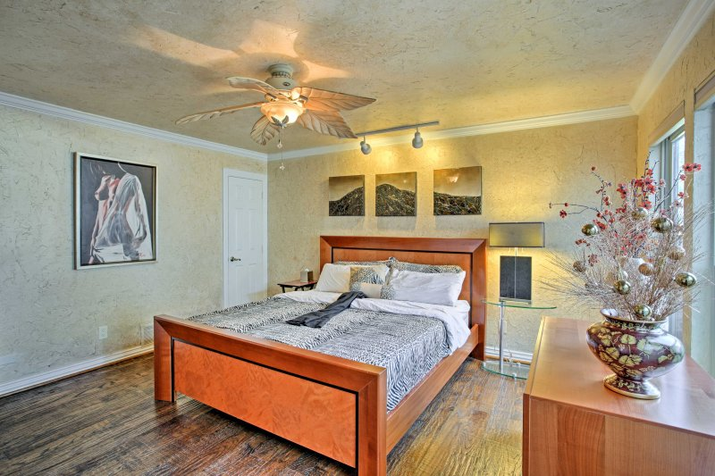 Up to 15 guests will find comfortable sleeping accommodations in 5 bedrooms.