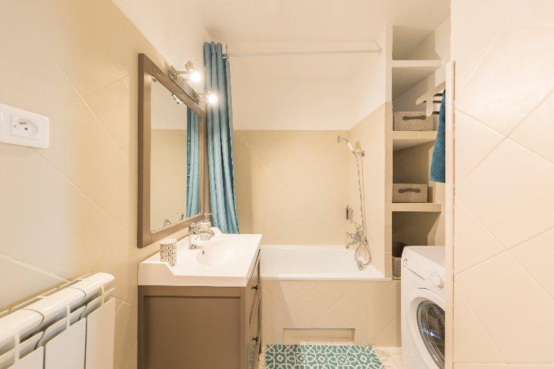 Salle de bains moderne. Les serviettes et les savons sont fournis