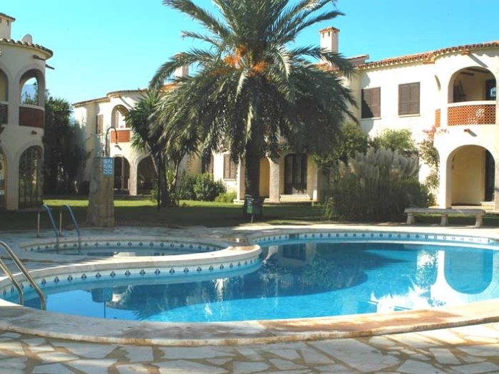 Bungalow ground floor in urbanization with direct access to the sea., vacation rental in Els Poblets