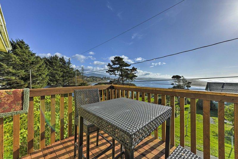 Cozy Ocean-View Condo Near Sutter Coast Hospital!, alquiler vacacional en Smith River