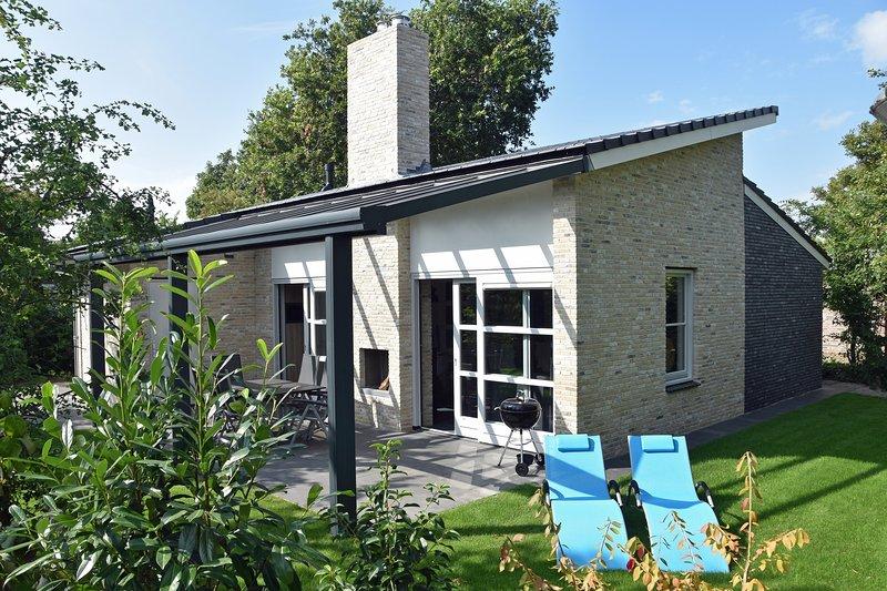 Park Campanula 'Beach Villa' Luxe vakantievilla voor max 6 Personen, vacation rental in Schagerbrug