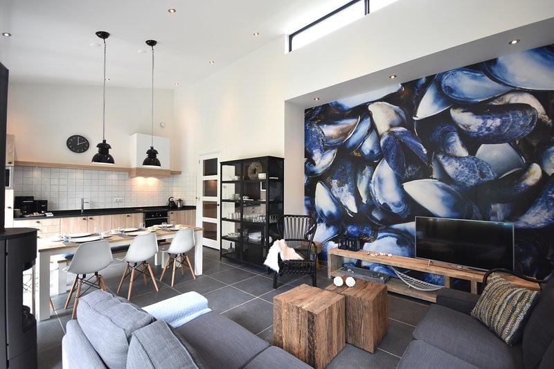 Moderna sala de estar con chimenea Smart TV.