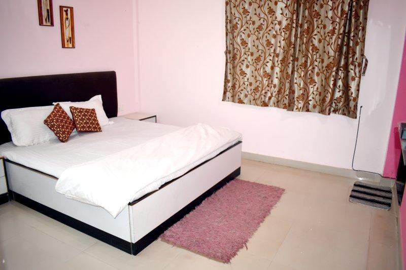 Elegant zeer geventileerde meester slaapkamer met TV, AC & gevoegd bad