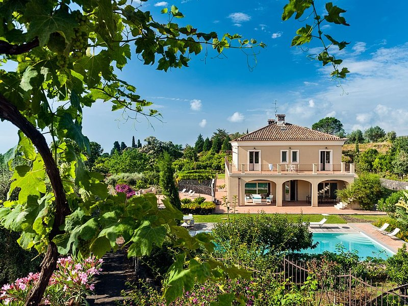 Villa Mareneve with private pool, vacation rental in San Leonardello