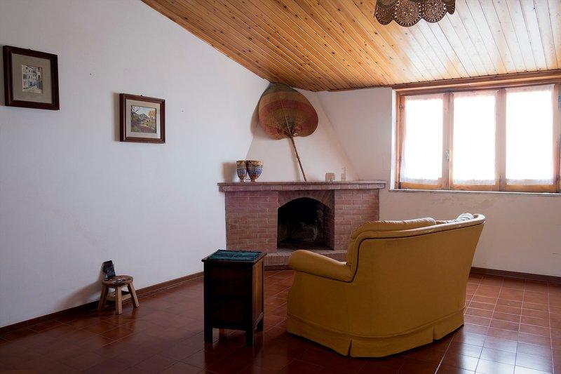 Grande e brilhante sala de estar onde você pode adicionar duas camas de solteiro