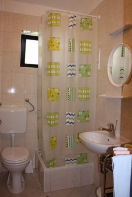 A2(2+2): bathroom with toilet