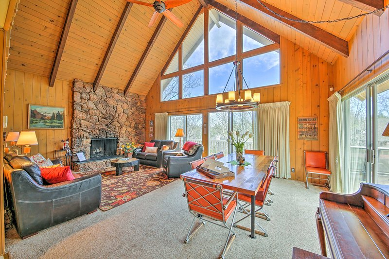 Lake Arrowhead House w/ Large Deck, Grill + Views!, alquiler de vacaciones en Cedar Glen