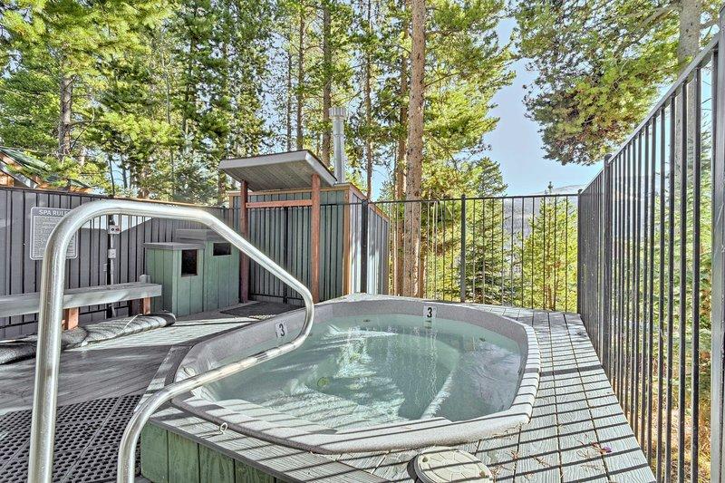 Este condominio tiene los lujos de un hogar con comodidades tipo centro turístico para la relajación.