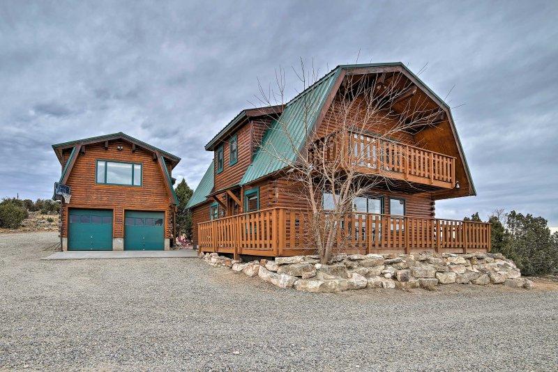 Questa casa di registro Grand Junction a 2 piani presenta una casa principale e una guest house.