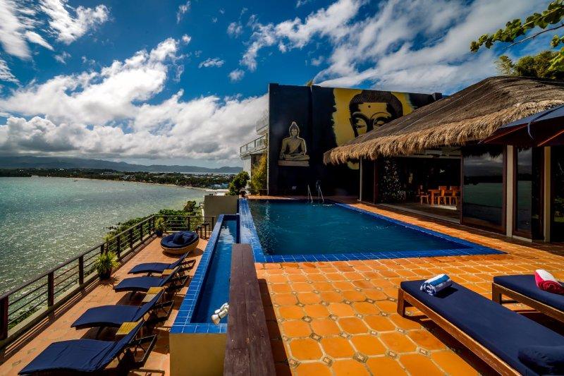 Un cielo azul perfecto desde la piscina de borde infinito.