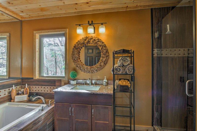 El precioso cuarto de baño principal está equipado con una ducha a ras de azulejos y bañera de hidromasaje nueva marca.