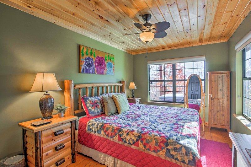 El dormitorio principal cuenta con una cama doble y TV de pantalla plana por cable.