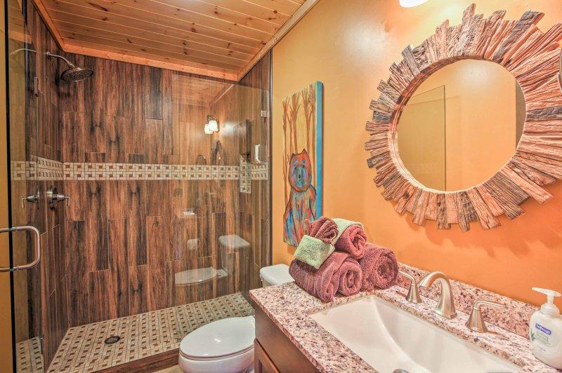 El segundo baño completo está equipado con una ducha a ras de.