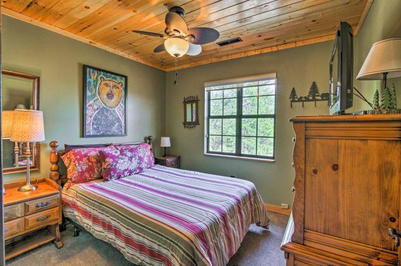 2 dormitorio alberga una cama de matrimonio.