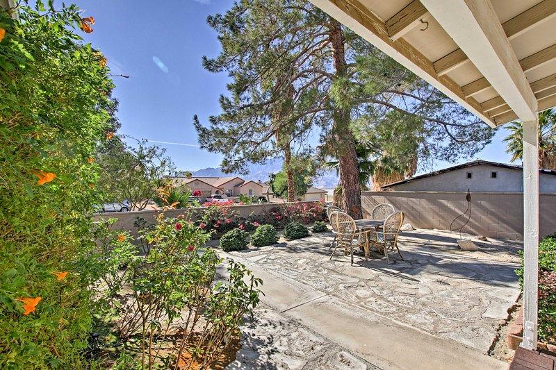 Cette belle propriété dispose d'une oasis de cour privée avec une piscine et un bain à remous.