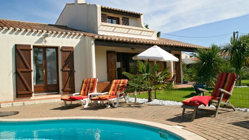 Villa Oceane - on the coast near St Gilles, with private pool, sleeping 8, holiday rental in Saint-Hilaire-de-Riez