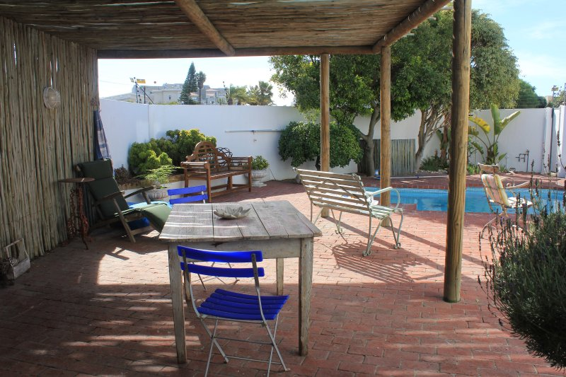 Beach house charm close to Blouberg Beach, holiday rental in Cape Town