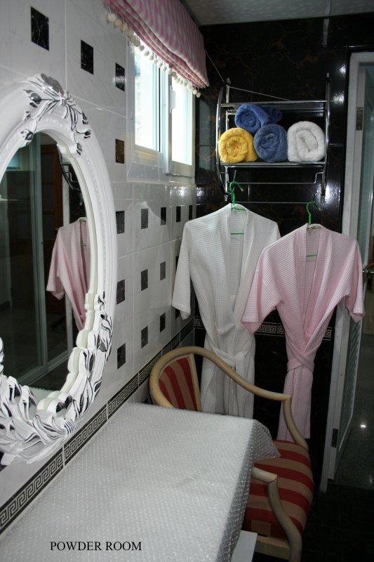 Ladies Powder Room con ingresso indipendente nel bagno.
