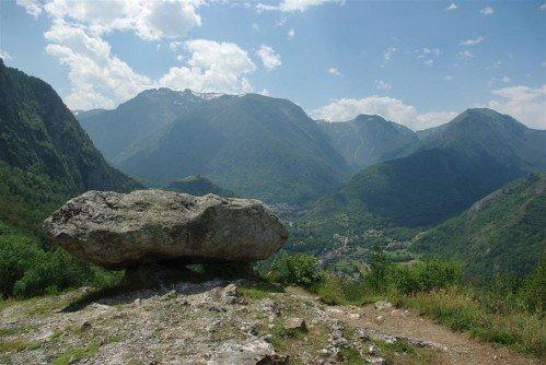 Dolmen antiguo de Sem frente a nosotros en el valle.