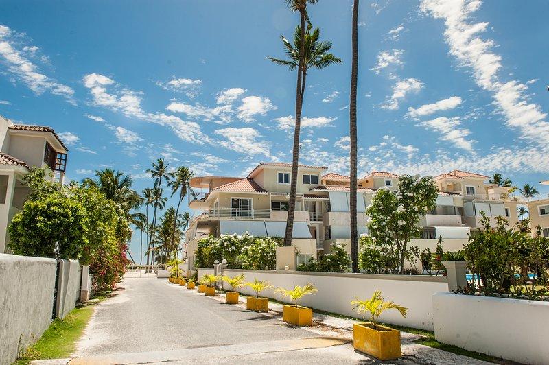 Vista de la calle de los residenciales, 2 pasos de la playa