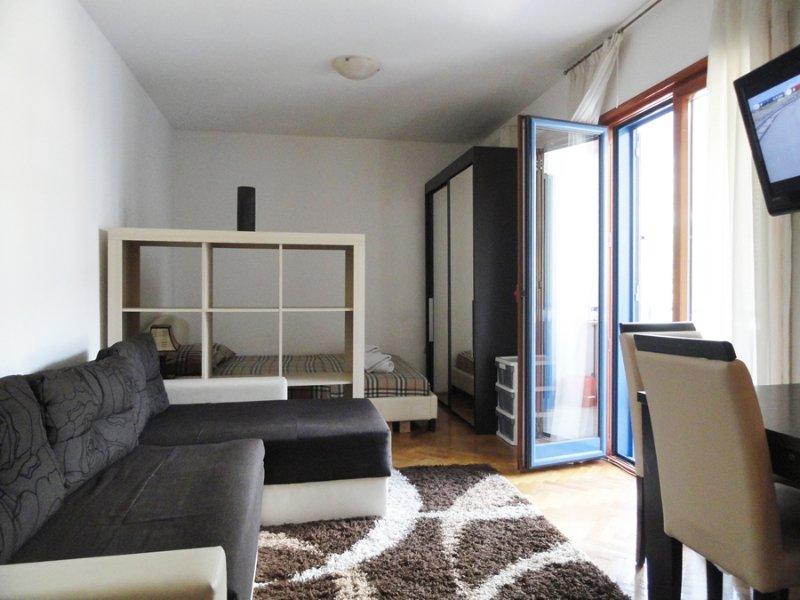 Cute studio apartment for four in Budva, holiday rental in Budva