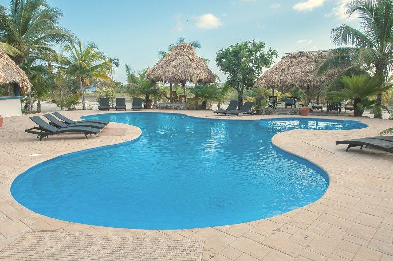 """""""Pasamos la mayor parte de nuestro tiempo en kayak alrededor de la laguna y relajarse en la pool.Our muy propio oasis"""""""
