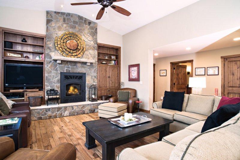 Großes Zimmer mit Holz-Kamin