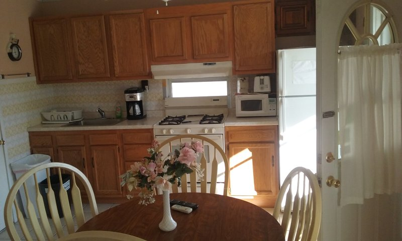 Large One Bdrm Apartment #A, one block from beach, bdwalk and convention center, casa vacanza a Wildwood