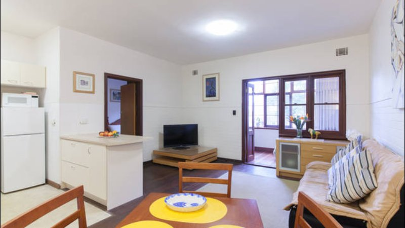 B3 Apartment in Nedlands close to UWA & Hospitals & Perth CBD Best Location, vacation rental in Cottesloe