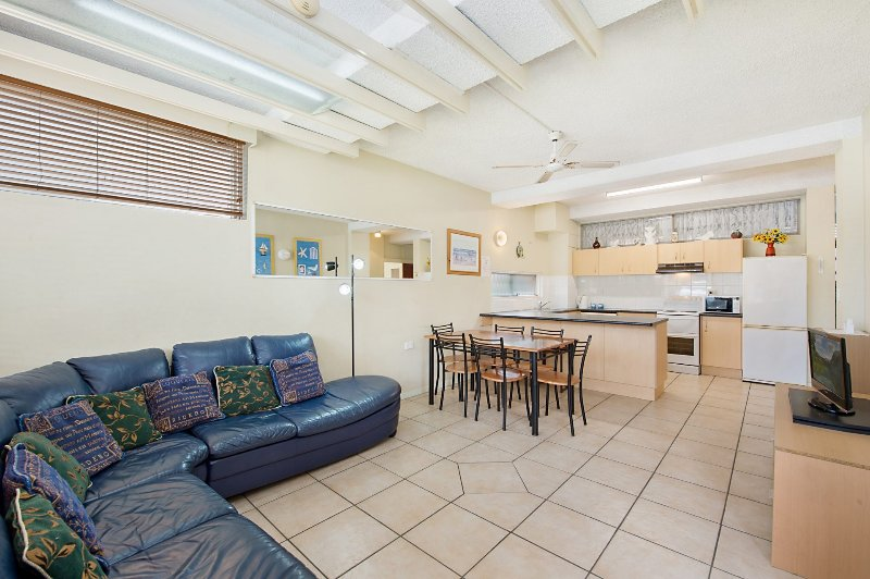 Blue Pacific 1 - Neat & tidy unit in Central Tugun, vacation rental in Burleigh Waters