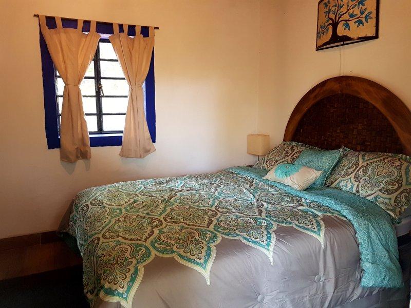 sala de Coon cama de casal e casa de banho privada