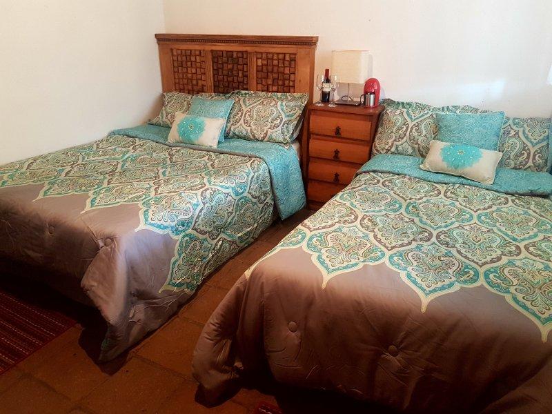 quarto triplo, cama queen size e uma cama de solteiro