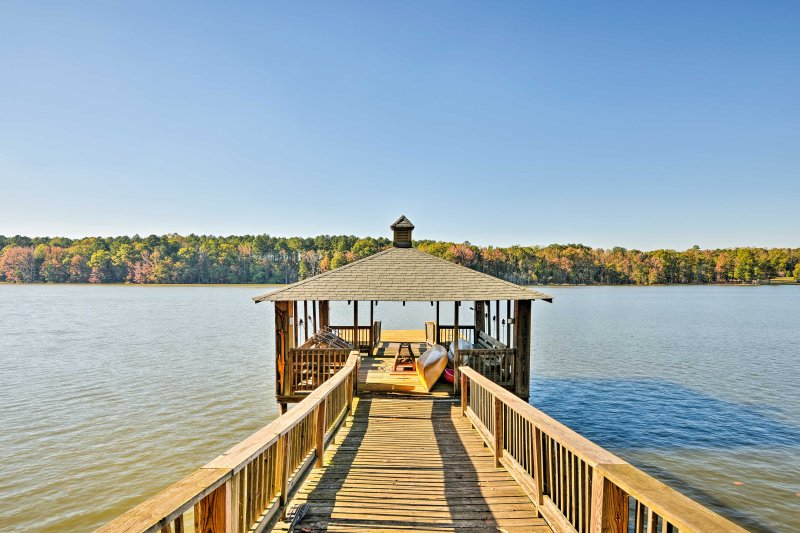 A pristine lakefront getaway awaits 8 guests at this beautiful vacation rental cottage in Salisbury!