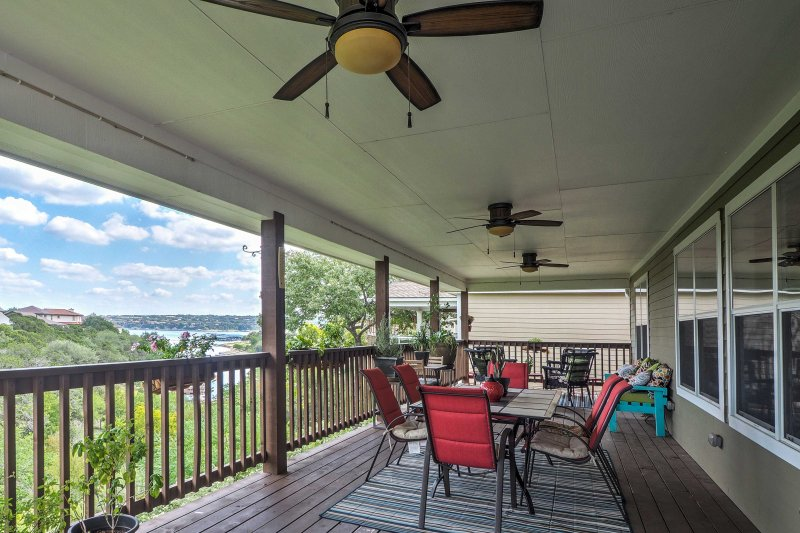 Charming Home w/Views of Lake Travis Near Marina!, alquiler de vacaciones en Point Venture